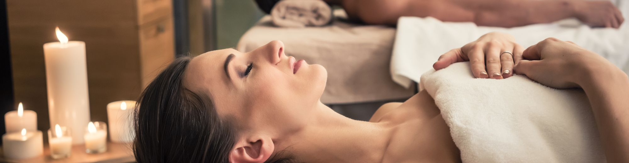Wellness-Massagen in erholsamer Umgebung | © Kzenon - stock.adobe.com